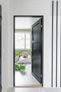 Black is the new white - også for dører Shaker Style Doors, Wall Trim, Interior Door, Internal Doors, Bathroom Medicine Cabinet, Home Remodeling, Kids Room, Sweet Home, Inspiration
