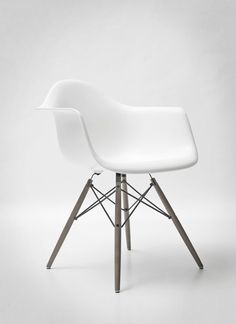 The Eames DAW is an iconic dining chair with ever-lasting flair. Order your white Eames chair with a at Chaise Panton, Eames Chairs, Eames Dining, Room Chairs, Bag Chairs, Dining Chairs, Home Furniture, Modern Furniture, Furniture Design