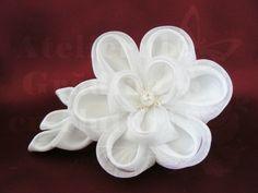 Bujor alb din satin și organza, vedere din față   Bujori kanzashi pentru mirese - Atelierul Grădina cu fluturiAtelierul Grădina cu fluturi