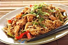 Chicken Chow Mein In American Chinese cuisine, it is a stir-fried dish consisting of noodles, meat (chicken is most common but pork, beef or shrimp can be used), onions and celery. It is often served as a specific dish at westernized Chinese restaurants. Crock Pot Recipes, Chicken Recipes, Cooking Recipes, Noodle Recipes, Chicken Chow Mein, Chop Suey, Foods For Migraines, Col China, Peanut Butter Chicken