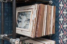 Rahmenregal im Laden für größere Rahmenformate, hier DIN A4. Home Decor, Pictures, Recyle, Frames, Shelf, Wood, Decoration Home, Room Decor, Interior Design