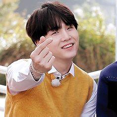 ¿Alguna vez te haz imaginado que pasaría si formaras parte de 방탄소년단? Jimin Jungkook, Suga Gif, Min Yoongi Bts, Min Suga, Bts Bangtan Boy, Namjoon, Hoseok, Agust D, Yoonmin