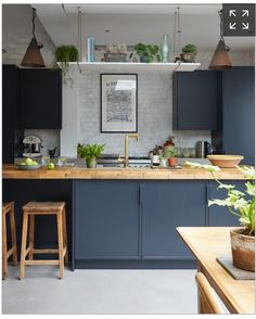 Kitchen Trends 2019 – 30 Best Amazing Kitchen Design Trends And Ideas - Page 13 of 30 - eeasyknitting. com - Design della cucina Home Decor Kitchen, Rustic Kitchen, Kitchen Interior, New Kitchen, Kitchen Dining, Kitchen Shelves, Kitchen Island, Kitchen Worktops, Dark Blue Kitchen Cabinets