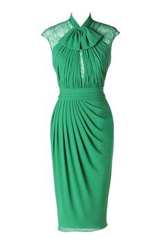 El verde, el rojo y el azul son los más escogidos para ser una invitada elegante y favorecida. Vestido verde con lazada en el cuello de Pronovias.