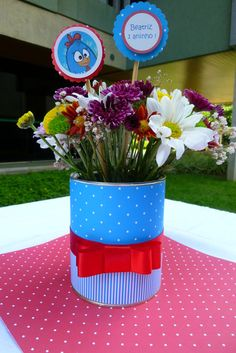 Enfeite de mesa feito com lata e coberto com papel de scrapbook. Não estão inclusos as flores, apenas ilustrativo. Toppers o valor unitário é de R$ 0,50. R$15,00