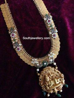 Unique Kasu Haram with Lord Krishna Pendant - Indian Jewellery Designs Antique Jewellery Designs, Indian Jewellery Design, Indian Jewelry, Jewelry Design, Antique Jewelry, Antique Gold, Diy Jewelry, Rose Gold Jewelry, Diamond Jewellery