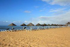Seja Inverno ou Verão, as praias algarvias são alguns dos decors mais atractivos do mundo / In the summer or in the winter, the Algarve beaches are some of the most attractive decors in the world.