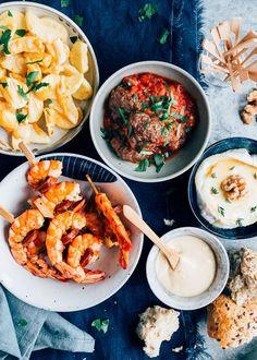 TAPAS TIME!  Kleine confession: in het weekend kook ik nooit. Nee echt niet!  In het weekend doen we makkelijk met toastjes en hapjes, of we eten buiten de deur of bestellen wat. Behalve als we vrienden over de vloer hebben natuurlijk, maar zelfs dan hou ik het het liefst makkelijk! Herkenbaar?  Deze vier tapas recepten zijn superleuk en feestelijk om te serveren. Maar vooral: heel makkelijk om te maken!   #makkelijkerecepten #upkpartner #airfryer #airfryerrecepten #philips Tapas Dinner, Tapas Restaurant, A Food, Good Food, Food And Drink, Dinner With Friends, Cooking Recipes, Healthy Recipes, Bbq