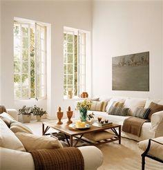 Salón simétrico con ventanal