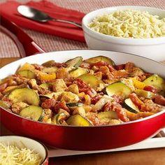Pollo con Zucchini a la Italiana: Pollo, pimientos dulces, zucchini y tomates cocidos juntos, servidos sobre orzo