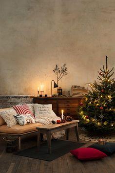 Jul, jul, strålande jul.... Ah, julkänslan i de här bilderna! För visst har H&M Home lyckats pricka in en härlig känsla för jul i sitt pressmaterial. Bra blandning mellan tradition och glamour. God Jul då (i förskott)!