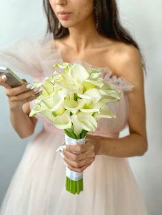 Букет из калл для невесты. Строги, роскошны! Ещё больше выбора на нашем сайте Wedding Dresses, Fashion, Valentines Day Weddings, Bride Dresses, Moda, Bridal Gowns, Fashion Styles, Weeding Dresses, Wedding Dressses