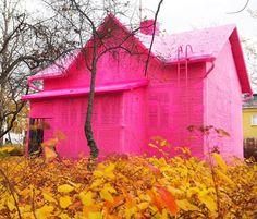 Essa casinha mágica que parece ter saído de um conto de fadas era uma casa comum na Finlândia antes de receber a intervenção da artista plástica @oleknyc que cobriu a construção inteira com uma malha de tricô pink #olioliteam #canalolioli #art #design #escultura #tricot
