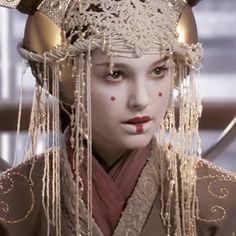 Blowen away by this INSAINELY beautiful macrame head piece by Trisha Biggar👑for Padme Amidala (Natalie Portman) in the Star Wars Prequels. How did i not notice this untill now, i have no idea! Thank you for sharing this! Reina Amidala, Queen Amidala, Iconic Movie Posters, Iconic Movies, Anakin And Padme, Star Wars Icons, Film Trilogies, Picture Icon, The Phantom Menace