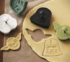 Let's make Star Wars cookies on a rainy day or just for fun. Kids love to help make cookies. Give them Star Wars cookie cutters and let them decorate the cookies for fun. Star Wars Cookies, Star Wars Cookie Cutters, Cookie Cutter Set, Star Wars Torte, Star Wars Bb8, Anniversaire Star Wars, Star Wars Birthday, Cake Birthday, Birthday Cookies