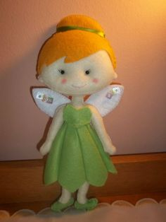 Boneca Tinker Bell feita em feltro, com 23 centímetros de altura, com fita de cetim nas costas para prender a cortina.  Pode ser feita também para por em armários, sendo apoiada em suporte de madeira. Nesse caso acréscimo de 5,00 pelo suporte. R$ 25,00