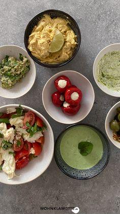 Schnelle Dips sind das, was ein Essen erst so richtig köstlich machen. Sei es beim Grillen, bei der Brotzeit oder zum Gemüse am Abend. Von leckeren Dips kann man einfach nicht genug haben. Wir verraten Dir 3 leckere Rezepte. Vegan, Guacamole, Tacos, Mexican, Ethnic Recipes, Food, Crickets, Amazing, Food And Drinks