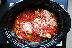 Italian chicken with tomatoes in the crockpot in crock + MANY other crockpot recipes! Crock Pot Slow Cooker, Crock Pot Cooking, Slow Cooker Chicken, Slow Cooker Recipes, Crockpot Recipes, Chicken Recipes, Cooking Recipes, Healthy Recipes, Chicken Parmesan In Crockpot