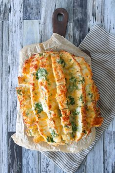 Nemt Pull Apart Hvidløgsbrød Med Ost – Det Bedste Ostebrød (One Kitchen - A Thousand Ideas Lunch Recipes, Vegetarian Recipes, Healthy Recipes, Food N, Food And Drink, Gouda, I Love Food, Food Inspiration, Tapas