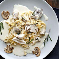 Tagliatelle met roomsaus & champignons: Dezeheerlijk romige pasta is het ultieme comfortfood. #pasta #champignons #room #saus #rozemarijn #takingtastefurther #AEG