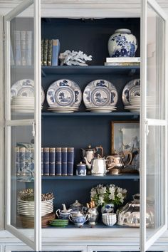 This carefully curated cabinet is stunning with the dark blue interior and lots of blue and white accessories! Vaisseliers Vintage, Glass Front Cabinets, Home Modern, Bookcase Styling, Blue And White China, Dark Blue, Interior Decorating, Interior Design, Decorating Tips