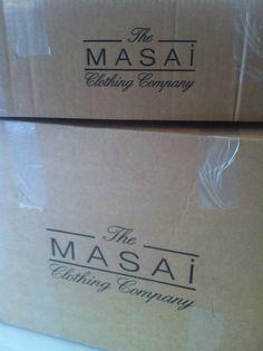 Die Herbstkollektion von Masai Clothing Company ist in großen Kartons eingetroffen.