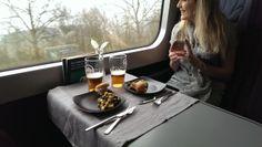 mad på farten, togvgon, togkupe, spisevogn, restaurant på skinner, ud og se, dsb