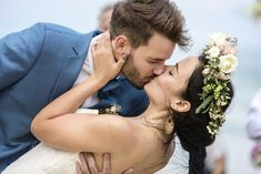 How to Have a Memorable First Kiss at Your Wedding Ceremony - Weddingbee Big Kiss, First Kiss, Martha Stewart Weddings, White Magic Love Spells, Hire A Band, Spells That Really Work, Celebrity Weddings, Wedding Couples, Newlyweds
