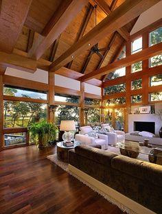 Rumah dengan langit-langit kayu.