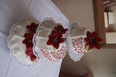 Hochzeitstorte in weiß und rot mit Rosen in Stoff-Optik - Wedding cake white and red, parts covered like fabriques - Heiraten am Riessersee in Garmisch-Partenkirchen - Wedding in Bavaria