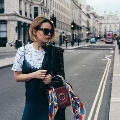 @le_blonde Perfecto Molly Bracken fall winter 2017  #gold #fashion #mollybracken #lfw #babyitscoldoutside #styleblogger