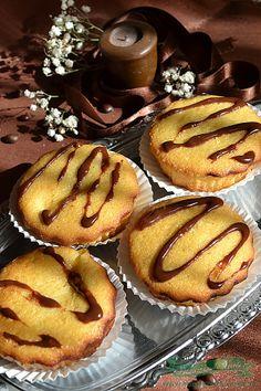 M-am pus la o ora tarzie sa prepar si ceva dulce familiei. Intrebarea era ce pot sa fac repede si sa fie bun… M-am decis sa pregatesc acesti Muffins umpluti cu budinca. Le-am umplut cu budinca de vanilie caci doar asa ceva am avut la indemana si pot spune ca au iesit deliciosi !!! Va Romanian Food, Romanian Recipes, Cookie Desserts, Muffins, Food And Drink, Cupcakes, Cookies, Mai, Breakfast