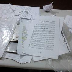 Arrumando as partituras da trabalho #sheetmusic #music #partituras #blacksadik #ethosproducoes by hauert_fernandes