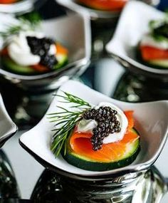 Une rondelle de concombre, une tranche de saumon fumé, une pointes de crème fraîche, une noisette de... - Marouchka Franjulien