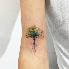 Tatuaje de un árbol situado en el bíceps derecho. Artista tatuador: Hongdam