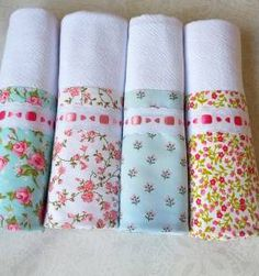 kit com 4 panos de prato - florais com detalhes em rosa Dish Towels, Hand Towels, Tea Towels, Baby Sheets, Sewing Lessons, Machine Applique, Sewing For Beginners, Vintage Fabrics, Baby Design
