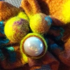 Make bubbles in your felting: when the felt is still damp, pull your felt tightly around a marble and secure it with an elastic band. After drying, cut open the bubble and remove the marble. #wetfelting #studiopaars