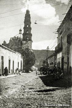 Calle y templo de Atotonilco El Alto Jalisco Mexico