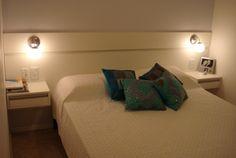 J U S T O espaço pequeno Descrição: Cabeceira de cama decorativa com criados suspensos MDF utilizado: Freno branco 18mm.