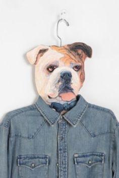 (FUT) El perro llevará la chaqueta en la percha.