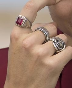 """""""The chat concluded with Styles taking a few questions from the fans, explaining that his signature rings that he wears are from various people including grandparents and for his goddaughter ,,,"""" Billboard Cute Jewelry, Jewelry Rings, Jewelry Accessories, Jewlery, Harry Styles Hands, Piercings, Grunge Jewelry, Hippie Jewelry, Ring Necklace"""