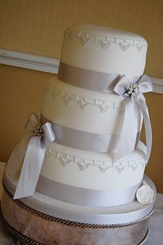 We would use the aqua color for this Art Deco Wedding Cake