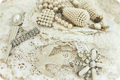 Pearls and lace to dream without being asleep
