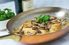 SAUTéED CHICKEN AND MUSHROOMS IN CHAMPAGNE SAUCE