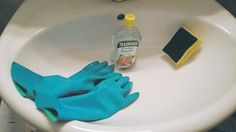 Haushaltstipp: So wird das Waschbecken wieder strahlend weiß und frei von Ablagerungen Calcium Deposits, Sink Tops, Spot Lights