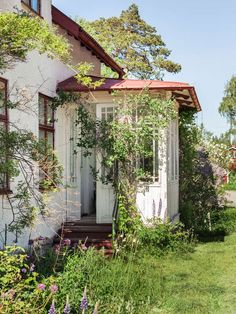 Big Houses Exterior, Black House Exterior, Cottage Porch, Old Cottage, Porch And Balcony, Porch Garden, Sweden House, Basement House Plans, Planting Flowers