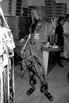Tyra Banks backstage - Perry Ellis Grunge Collection The Effective Pictures We . Perry Ellis, 90s Fashion Grunge, Trendy Fashion, Tyra Banks, Clothing Photography, Linda Evangelista, Casual Hairstyles, Rock And Roll, 1990s