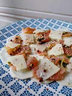 Ce carpaccio de radis noir offre un joli mélange de couleurs, de saveurs et de textures. Très facile à préparer, cette entrée fait son petit effet. Le fait de consommer le radis noir en fines lamelles permet de profiter de son croquant sans que le goût... Ceviche, Cheers, Carpaccio, Parmesan, Soup And Salad, Summer Recipes, Tapas, Buffet, Menu