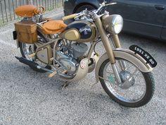 the back seat! Vintage Cycles, Vintage Bikes, Vintage Motorcycles, Vintage Cars, Scooters, Peugeot France, Scooter Motorcycle, Scooter Scooter, Side Car