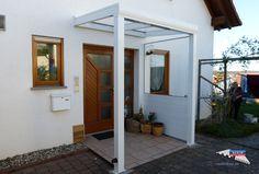 Ein Alu-Haustürvordach der Marke REXOvita 2m x 1,5m in weiß mit Plexiglas Massivplatten als Dacheindeckung. Dieses Vordach durch eine REXOvita Protect und Plexi Seitenwand aus Aluminium sowie passender 5mm Plexiglasscheibe ergänzt. So entsteht ein robuster, wind- und wettergeschützer Hauseingang, der auch optisch einiges hermacht. Ort: Oberderdingen #Vordach #Aluvordach #REXOvita #Massivplatten #Rexin